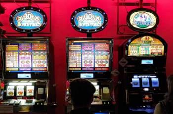 Drei Spielautomaten in einem Raum